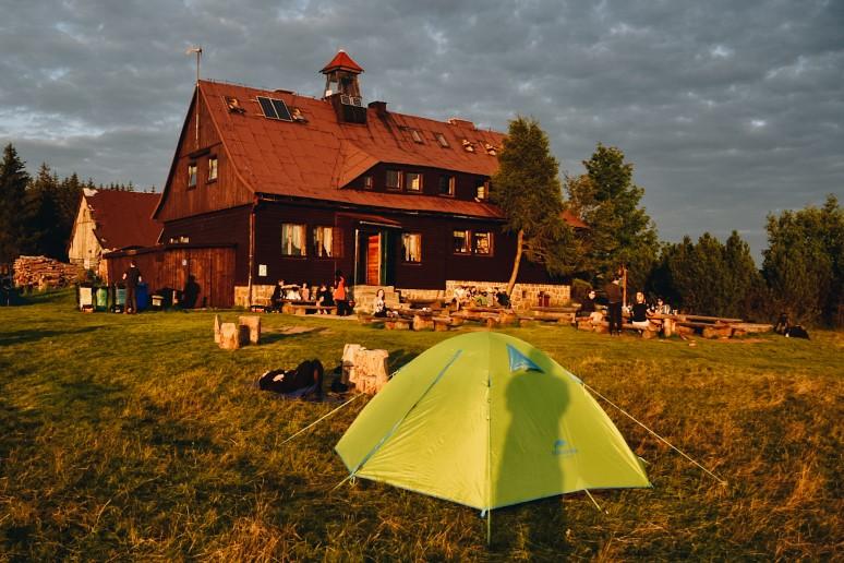 Namiot rozbitu przy górskim schronisku.