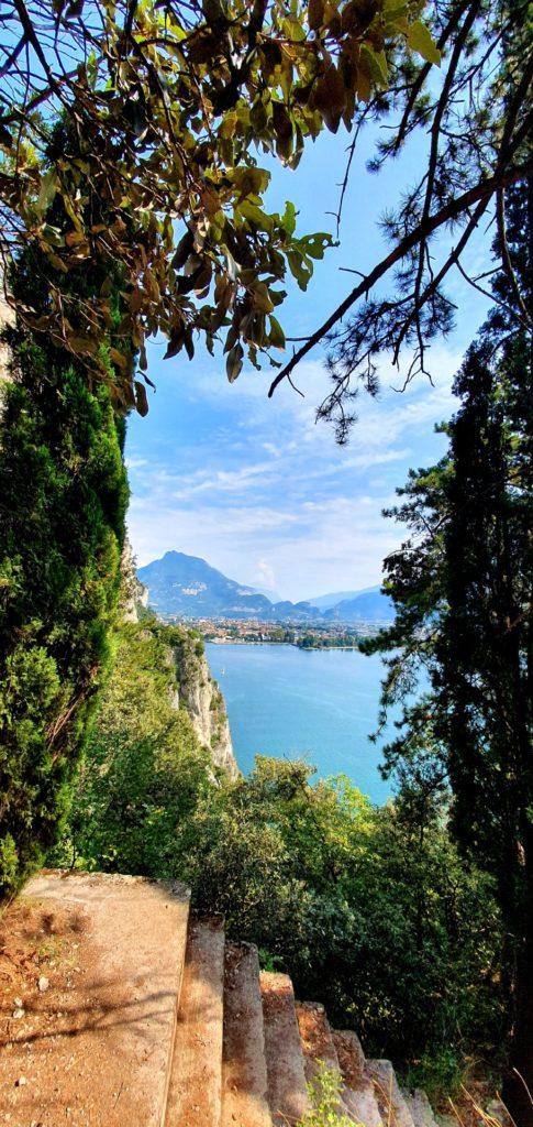 Widok na Jezioro Garda ze schodów na starej scieżce.