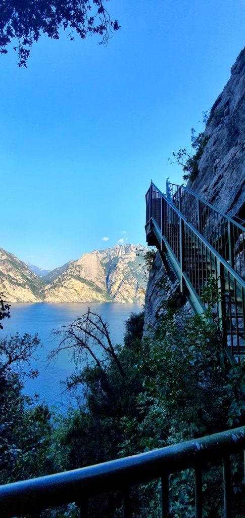 Zielone schody nad Jeziorem Garda. ścieżka widokowa.