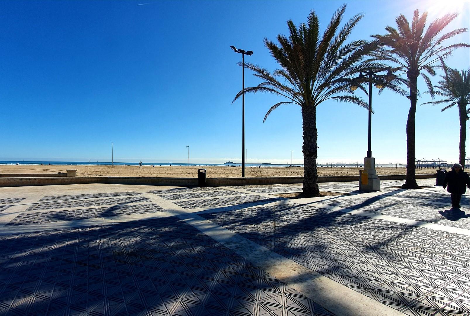 Słoneczny dzień w Walencji, widok na miejską plażę.