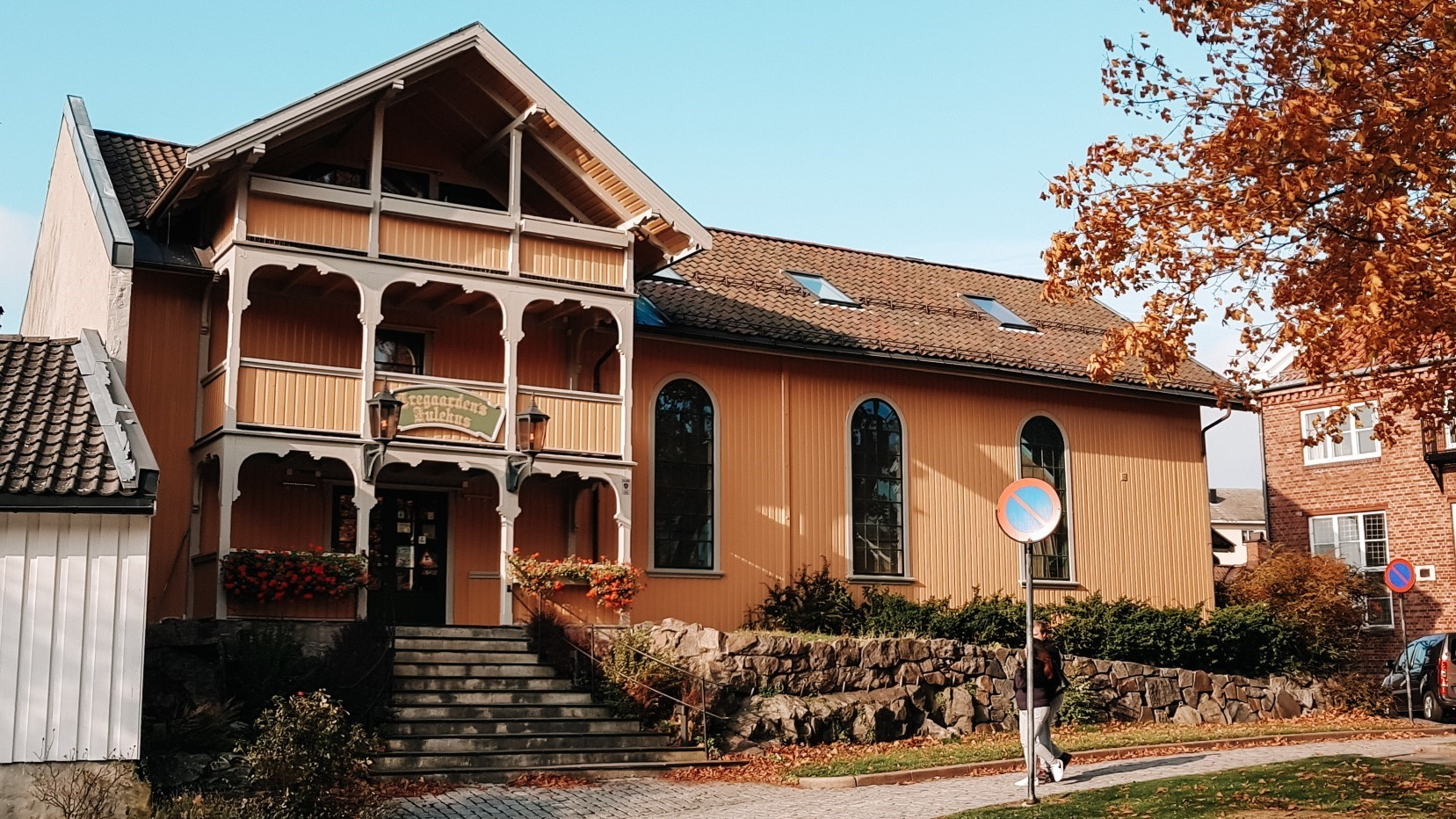 Dom św. Mikołaja jesienią. Drobak niedaleko Oslo.