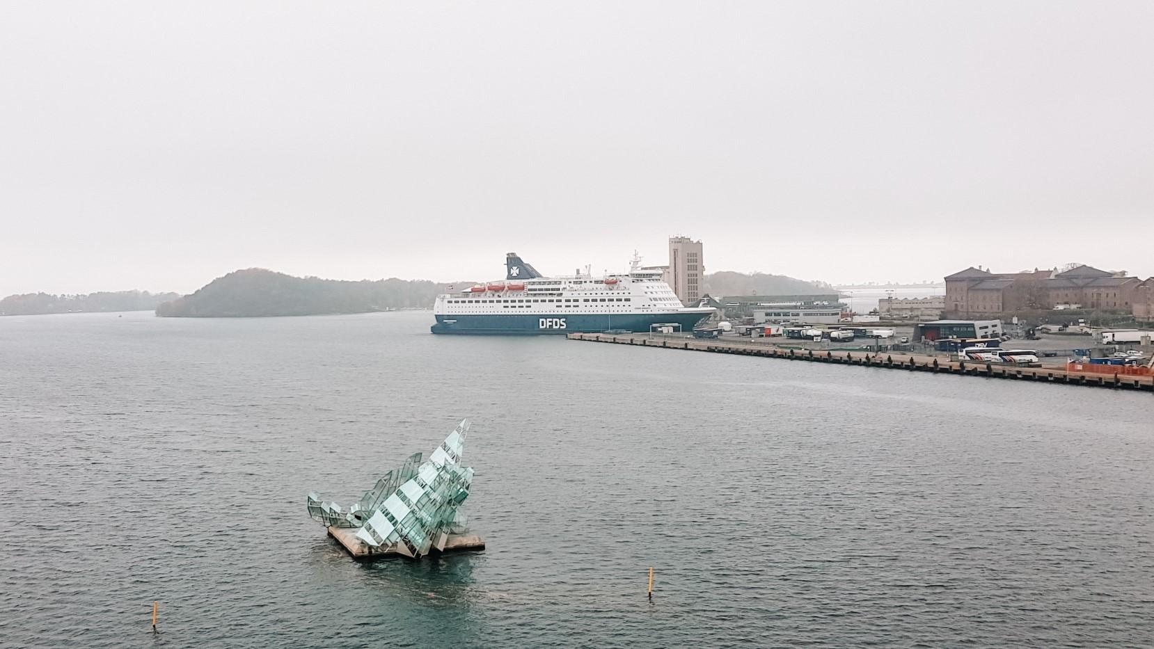 Widok na zatokę w Oslo, w oddali wielki statek pasażerski.