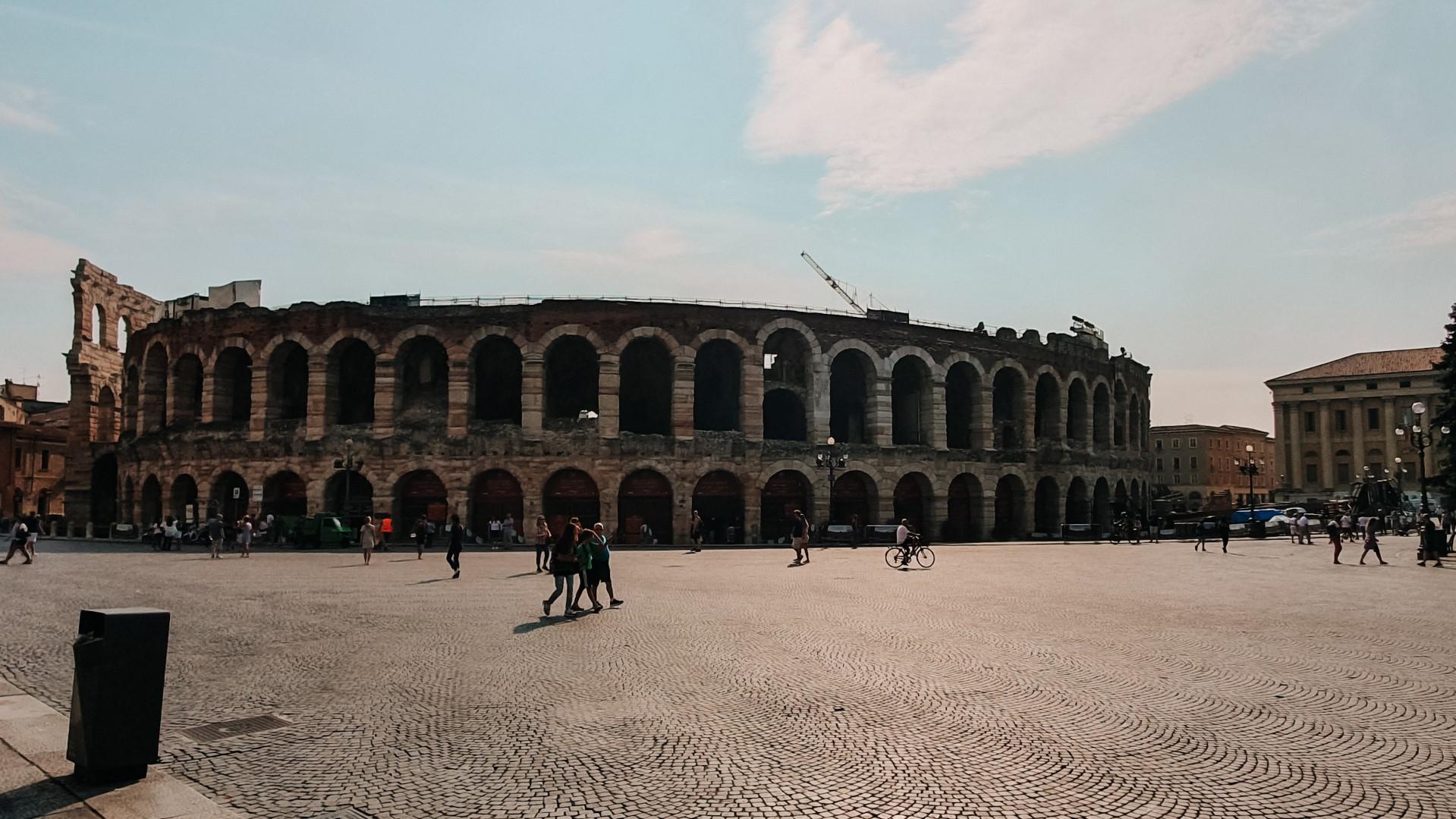 Arena w Weronie i ludzie na placu.