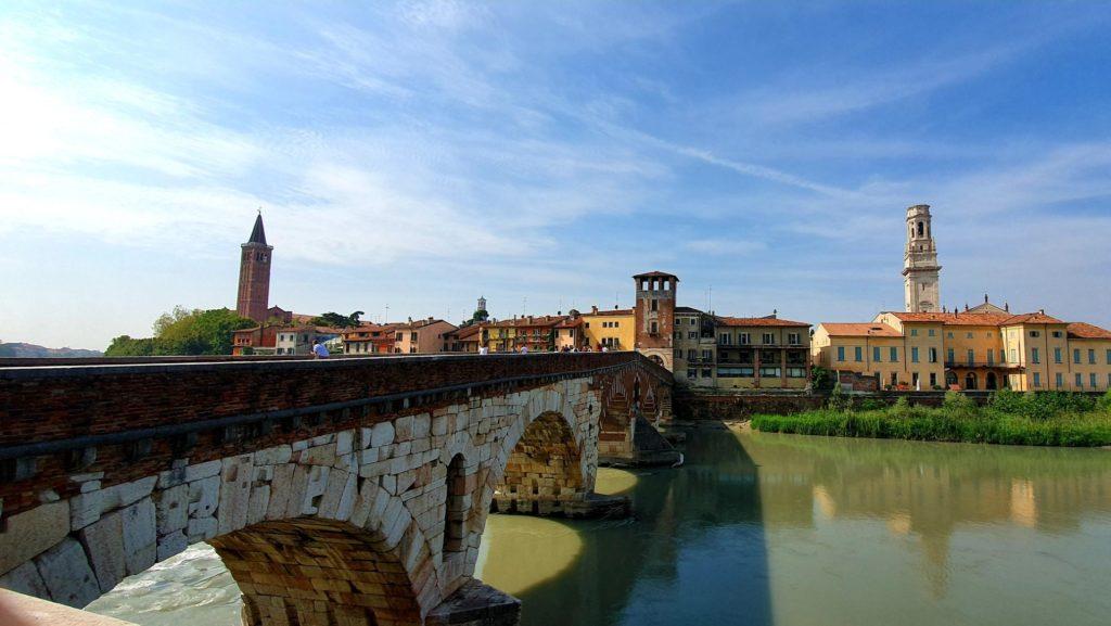 Most na Adydze i widok na Weronę.