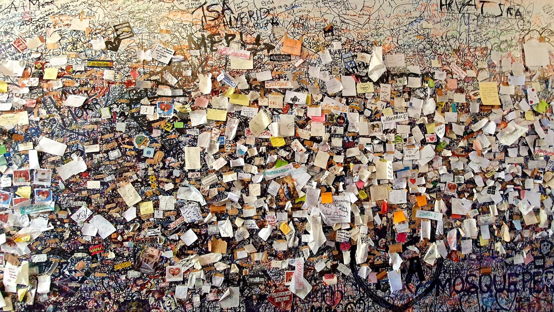Listy do Julii przyklejone do ściany.
