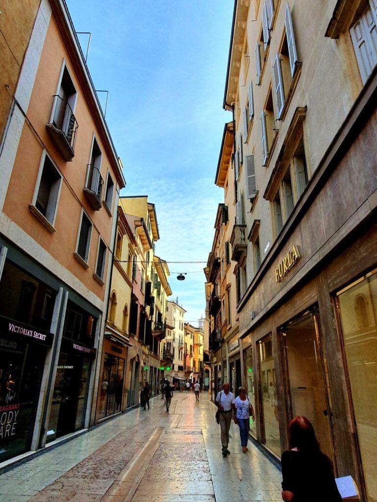 Wąska uliczka Werony w słoneczny dzień