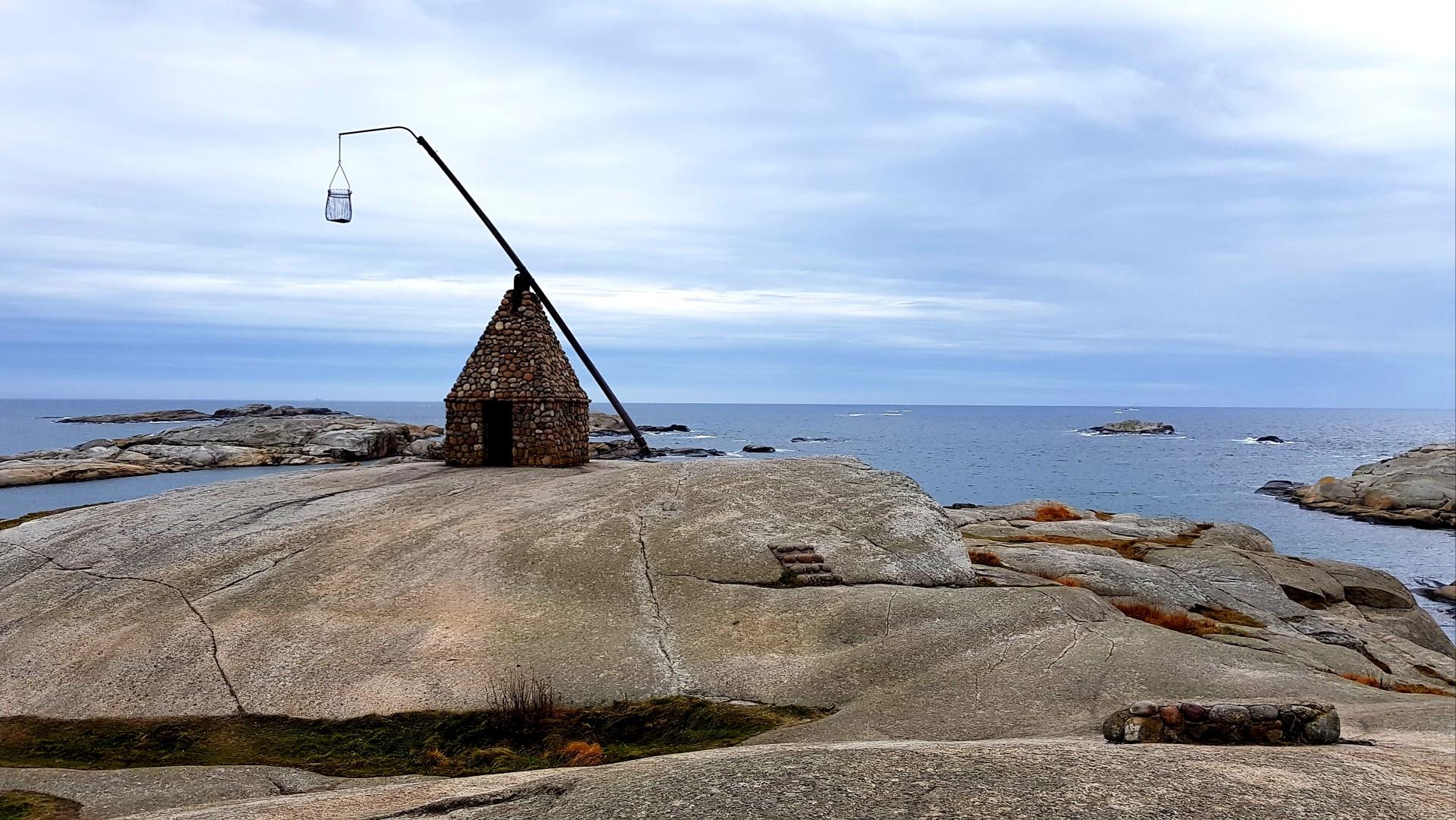 Stara Latarnia morska na skałach Verdens Ende.