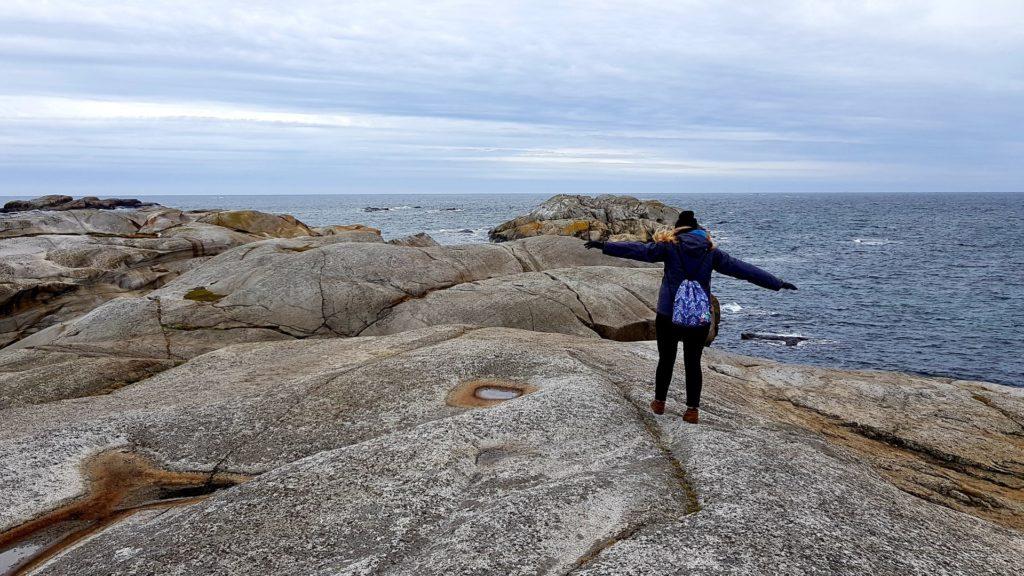 Dziewczyna spacerująca na skałach Verdens Ende.