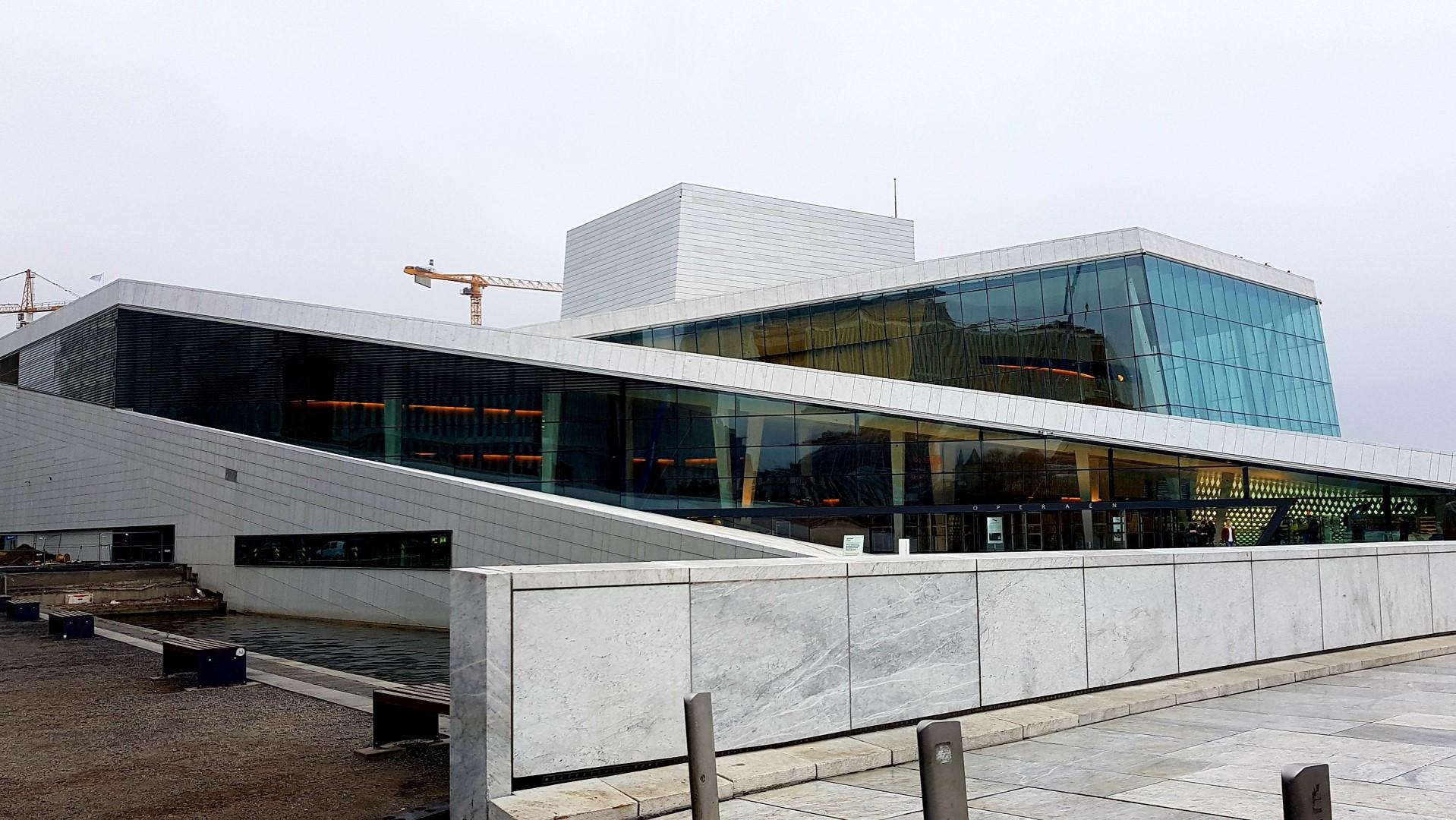 Nowoczesny budynek opery w Oslo.