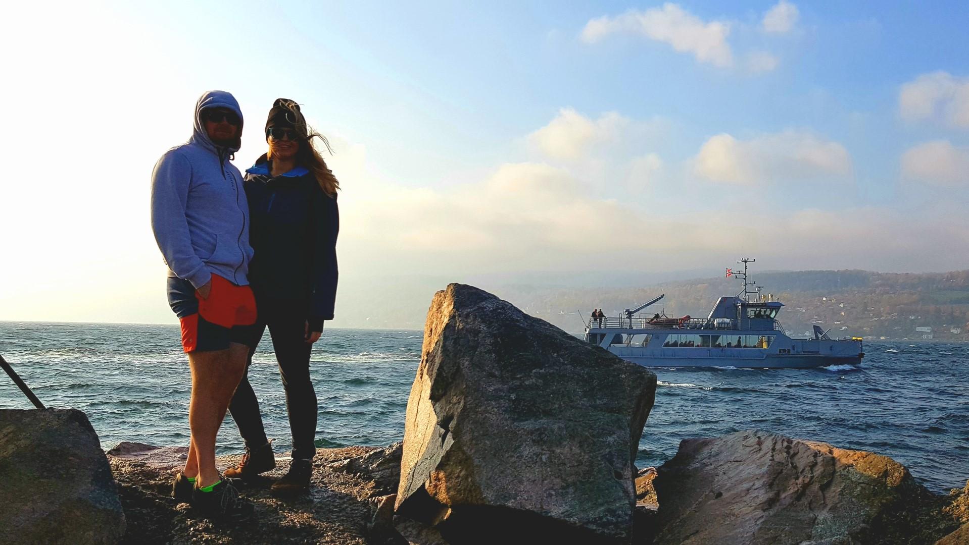 Para stjąca na tle morza w Drobak. W tle przepływający statek.