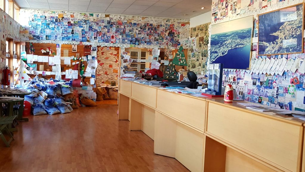 Wnętrze sortowni listów do Św. Mikołaja w Drobak niedaleko Oslo.