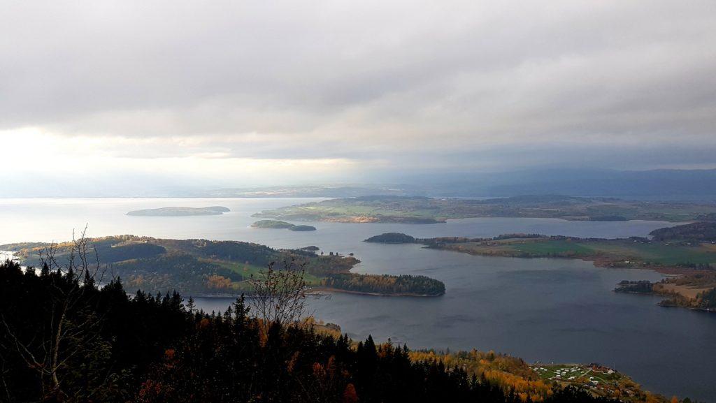 Panorama wysepek niedaleko Oslo. Jesienne koloy.