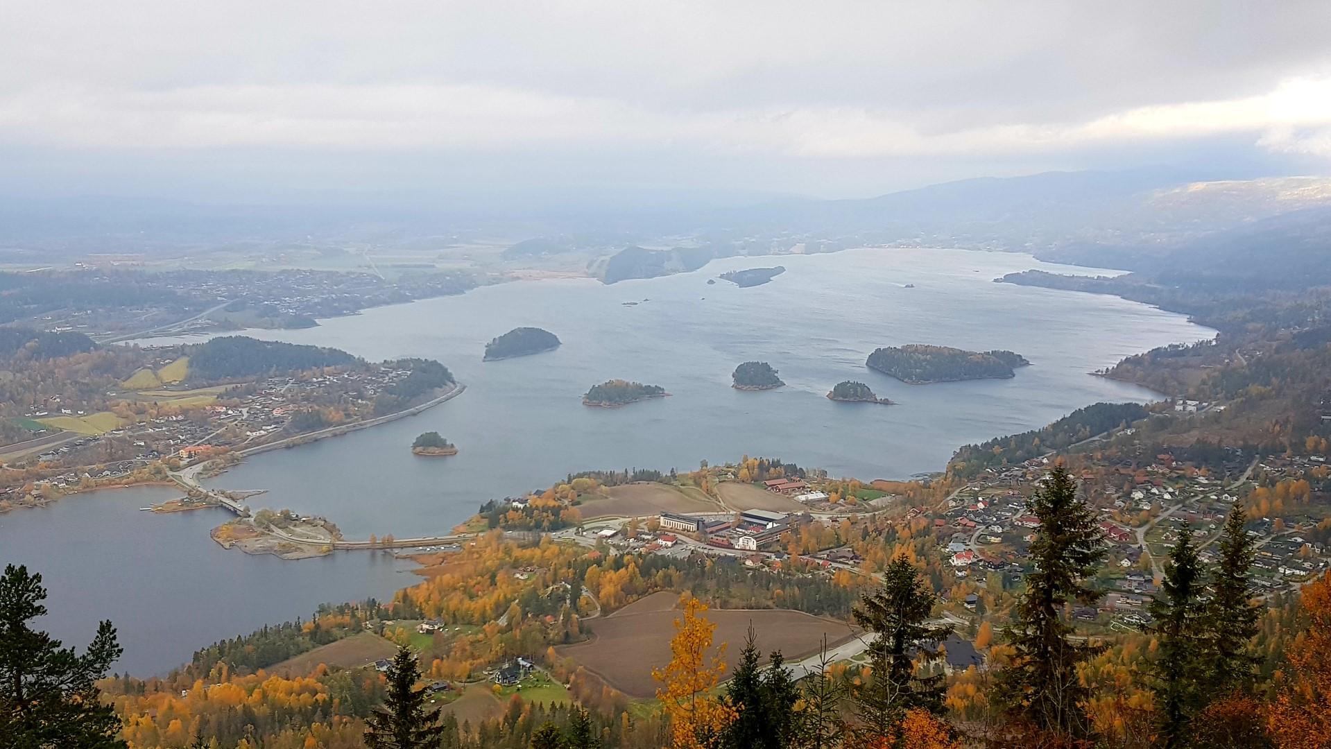 Widok na wyspy z Kongens Utskit niedaleko Oslo, jesienne kolory.