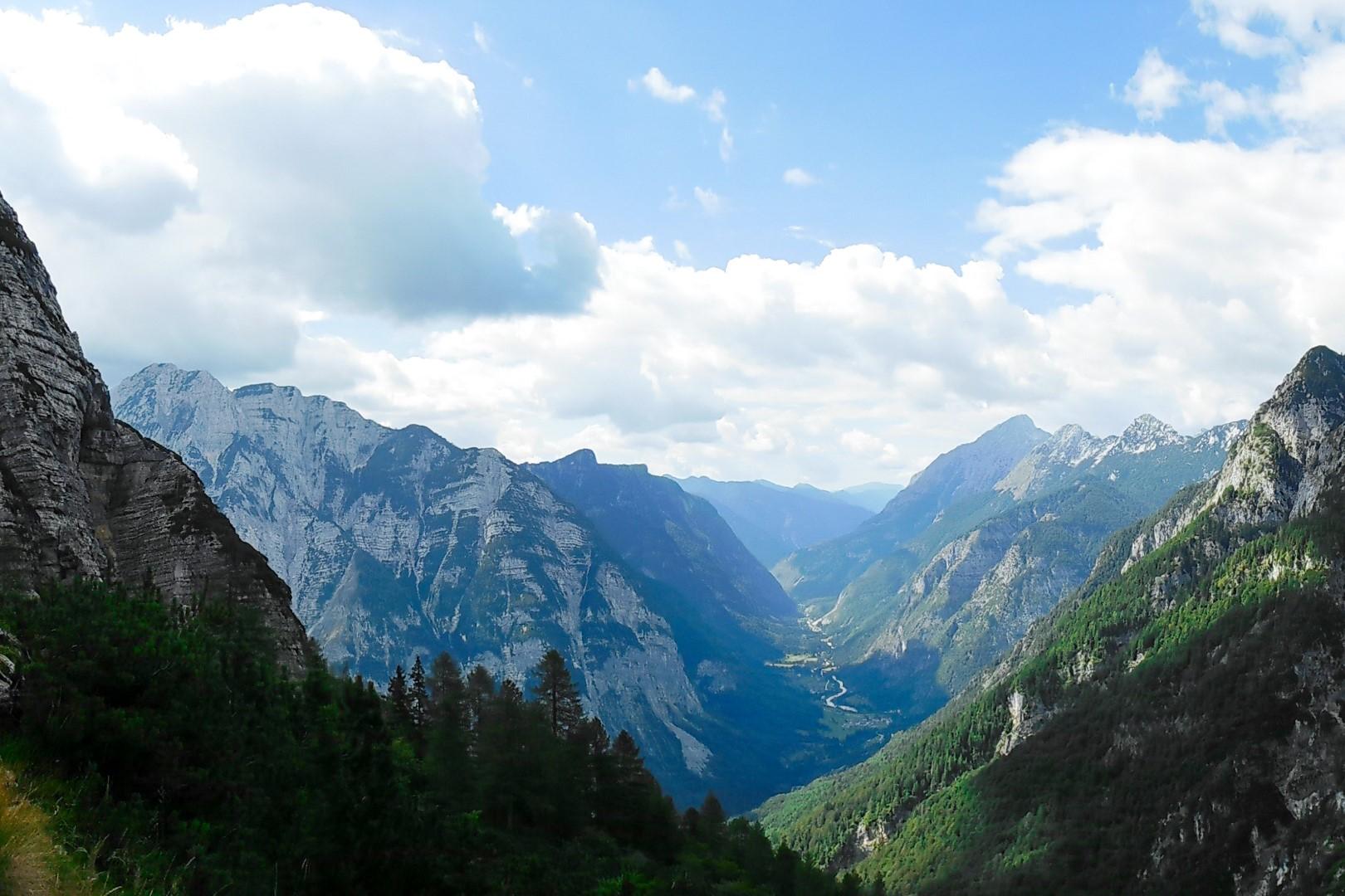 Widok na Alpy Julijskie i dolinę.