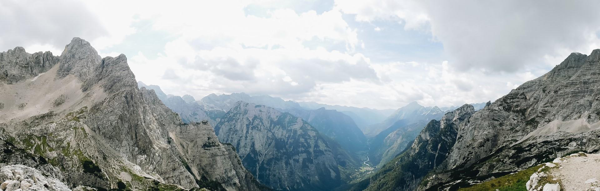 Widok na Alpy Julijskie ze szlaku na Razor.