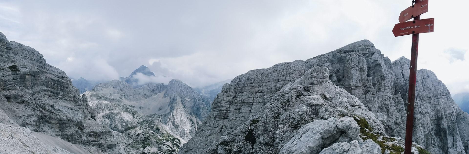 Widok na Alpy Julijskie i Triglav ze szlaku na Razor.