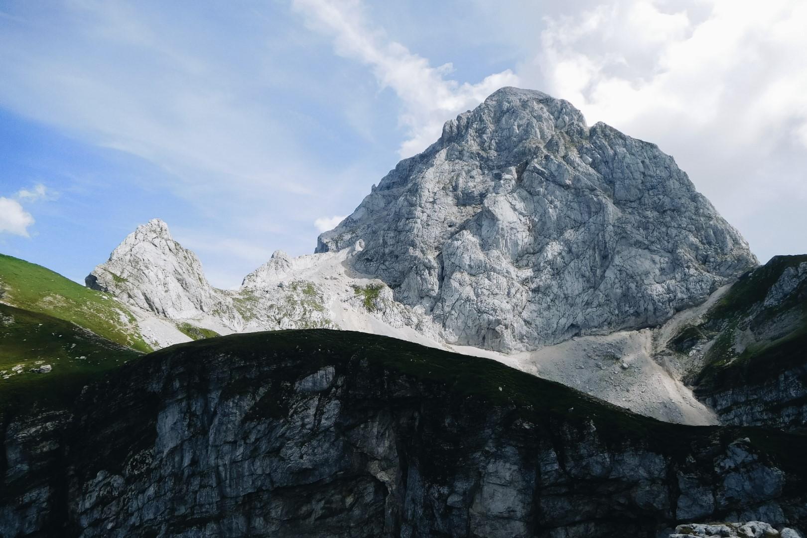 Mangart widziany z przełęczy.