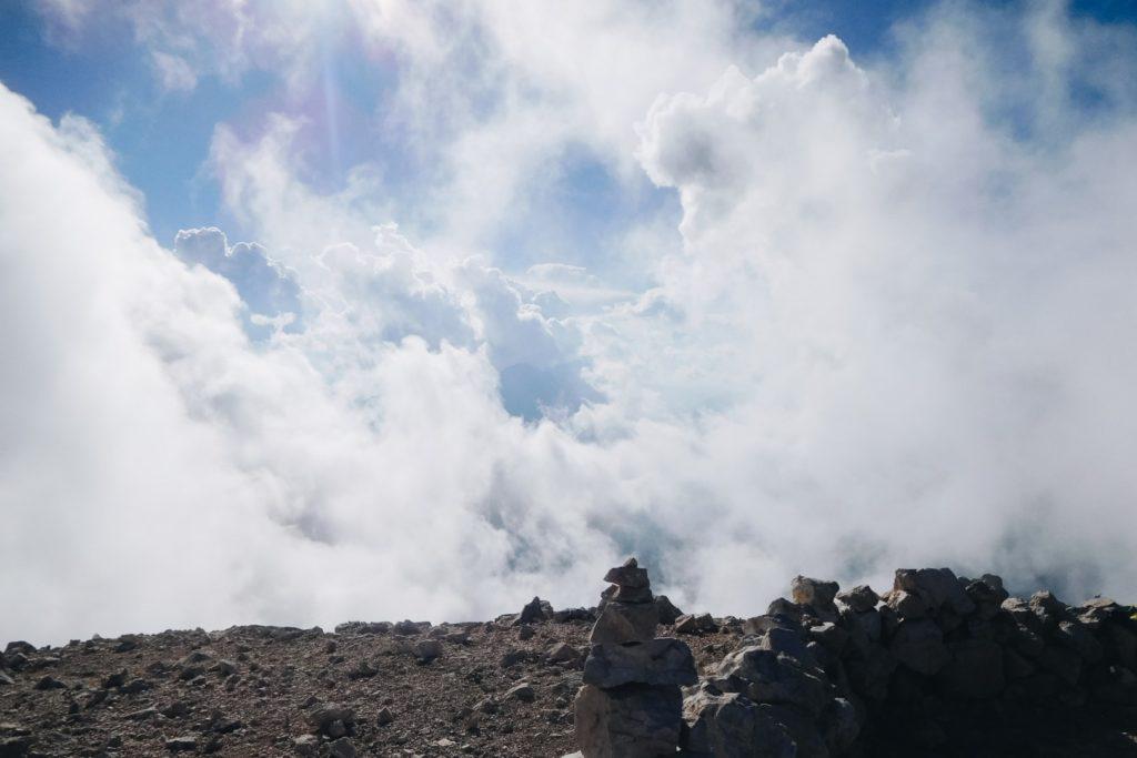Chmury rozjaśnione światłem słonecznym na szczycie góry Mangart,