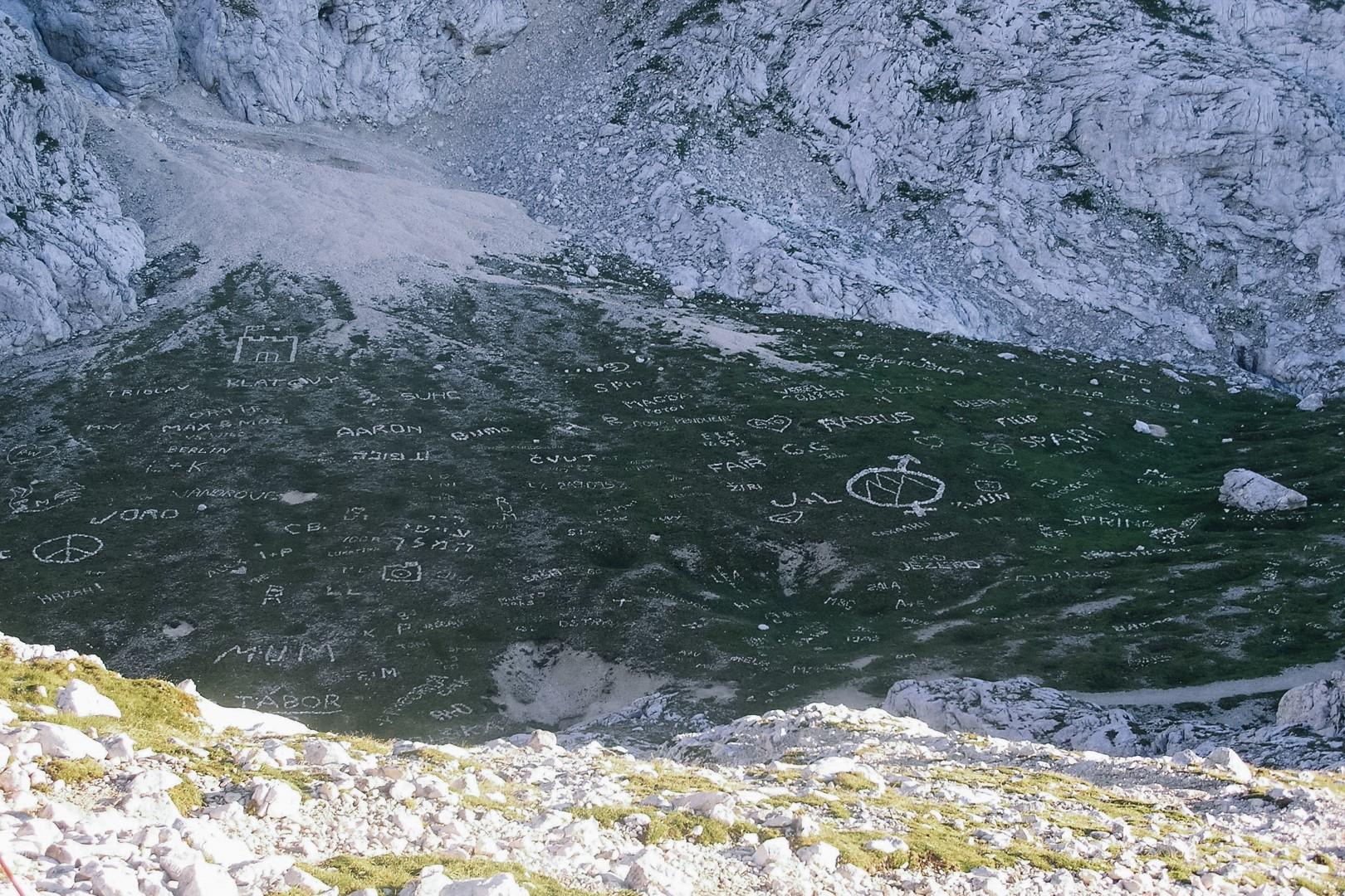 Kamienne napisy ułożone na szlaku na Triglav.