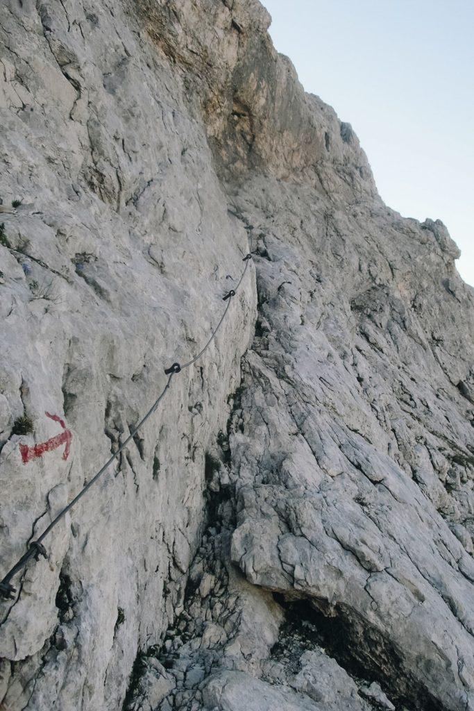 Lina stalowa ubezpieczająca szlak na Triglav.