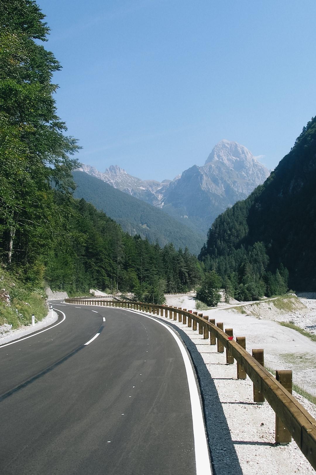 Szosa na Słowenii Alpy Julijskie w tle.