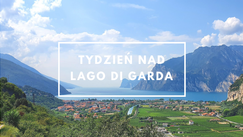 Miasteczko nad pięknym jeziorem otoczonym górami w słoneczny dzień. Jezioro Garda.