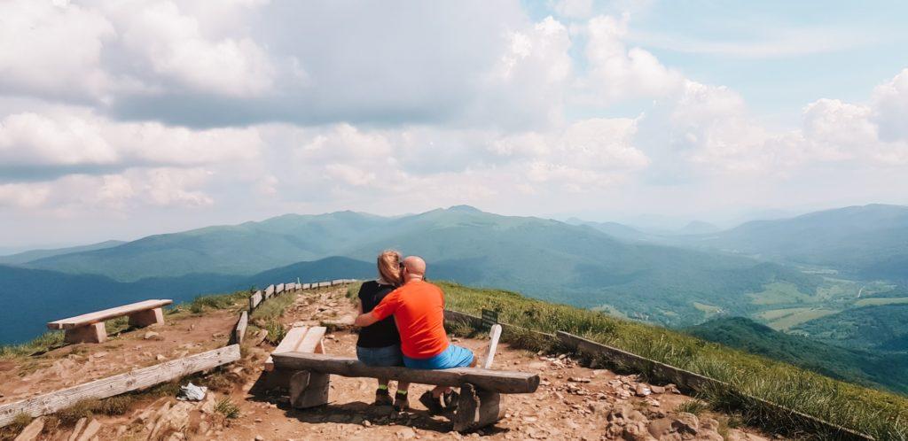 Para obejmująca się na ławce w Bieszczadach, na szczycie Połoniny.