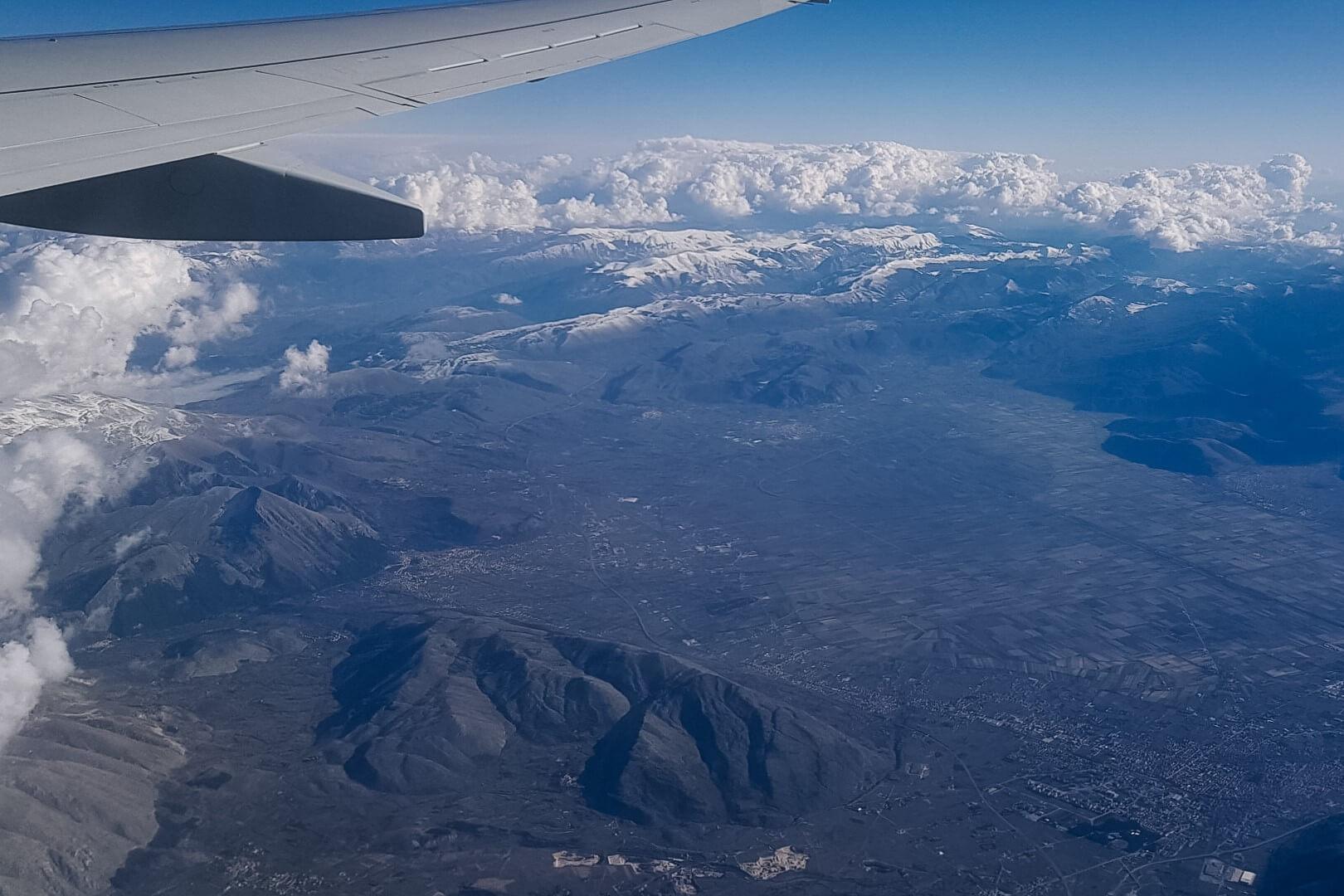 Podróż samolotem, widok z góry na ziemię.