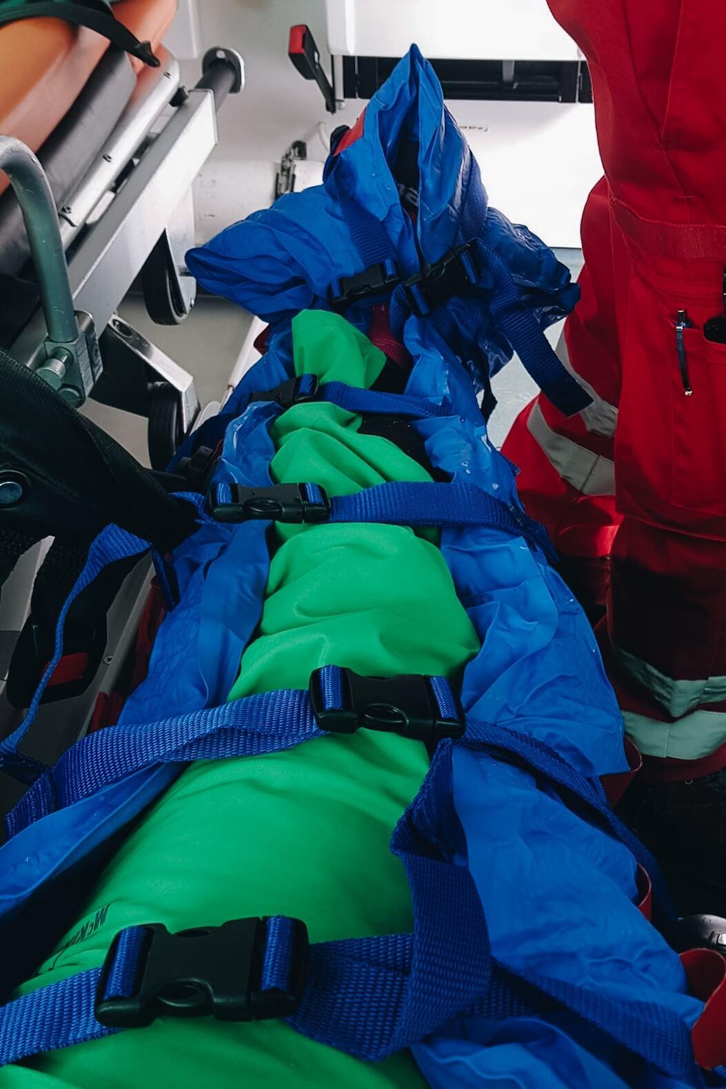 Kontuzjowana noga zawinięta w skafander usztywniający.