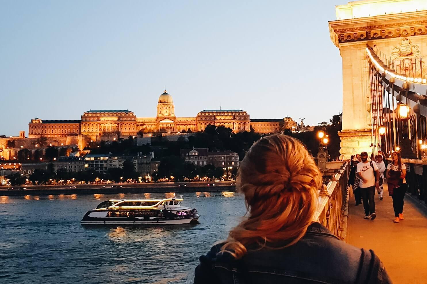 Dziewczyna podziwiająca wzgórze w Budapeszcie.