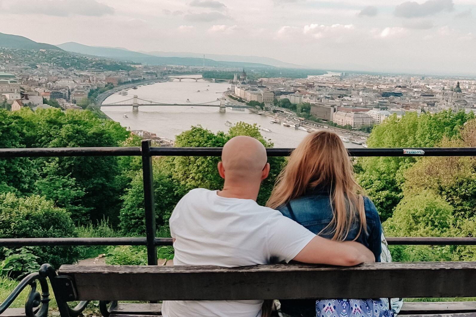 Para na ławce podziwiająca Budapeszt z góry.
