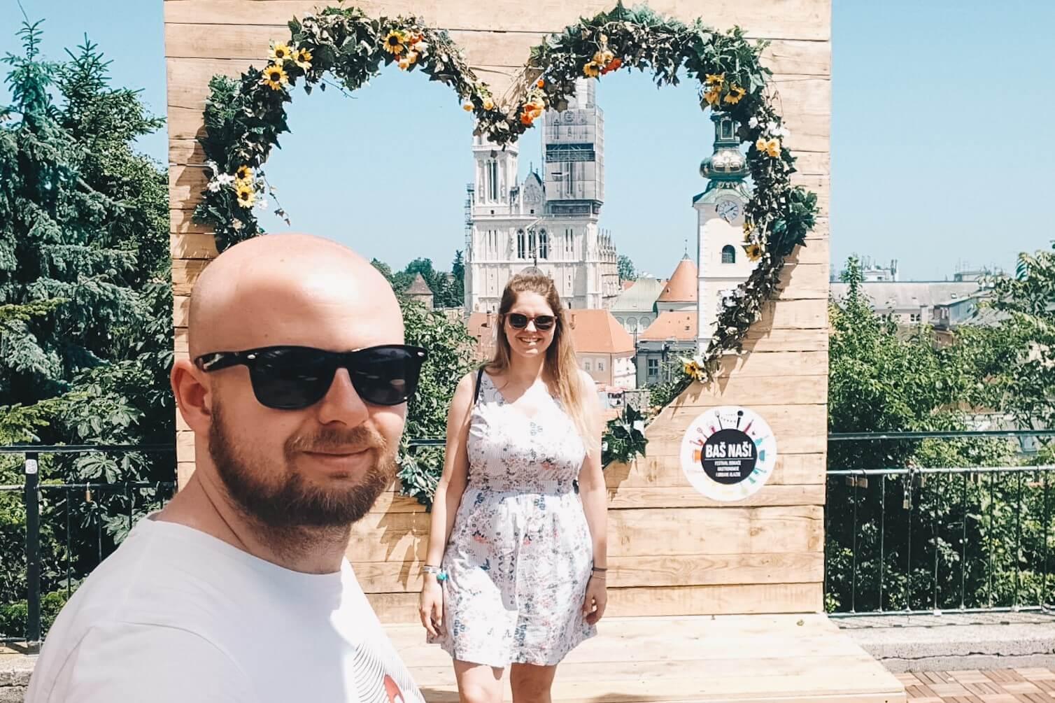 Para w okularach, podróż przez Chorwacją, ramka z sercem w tle.