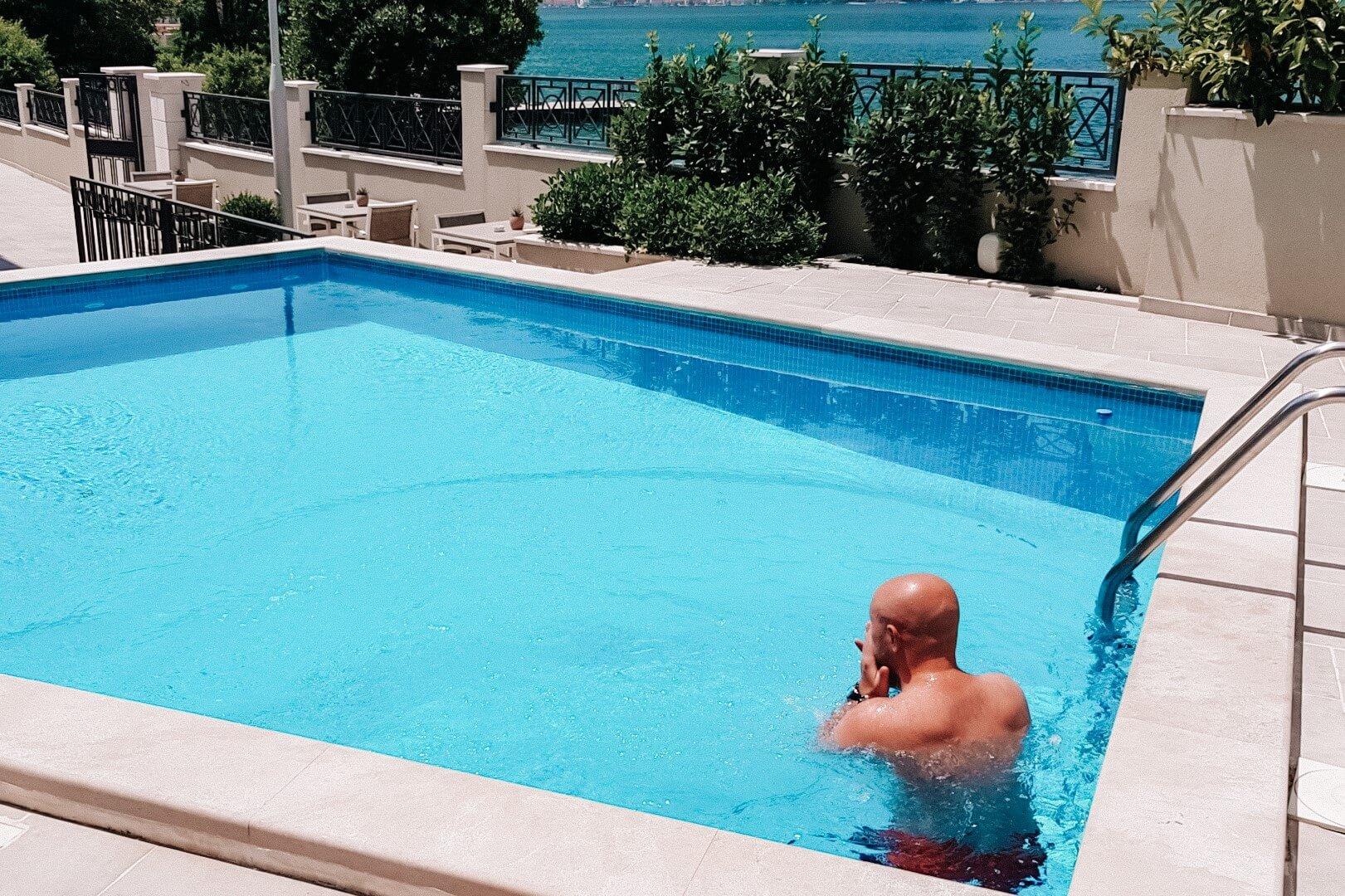 Mężczyzna w pustym basenie.