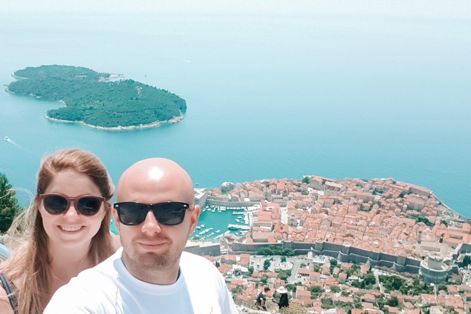 PAra w okularach na tle Dubrovnika, podróż przez Chorwację.