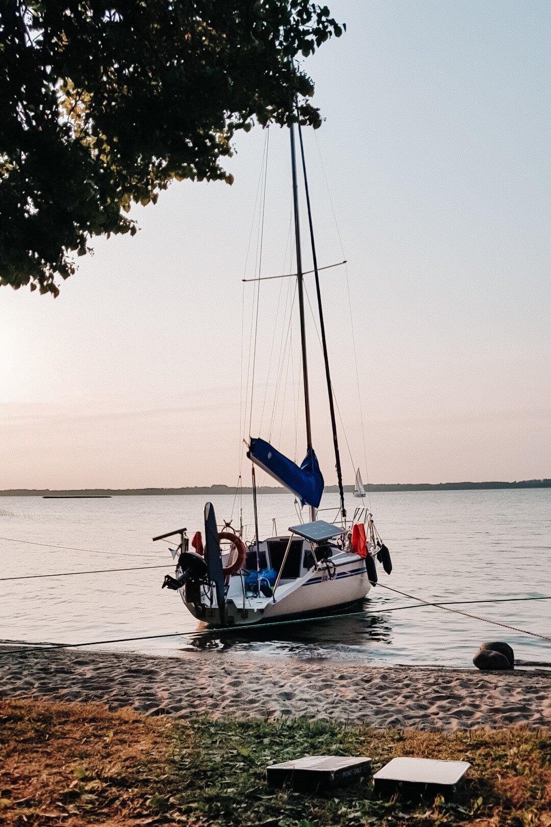 Łódka zacumowana przy plaży.