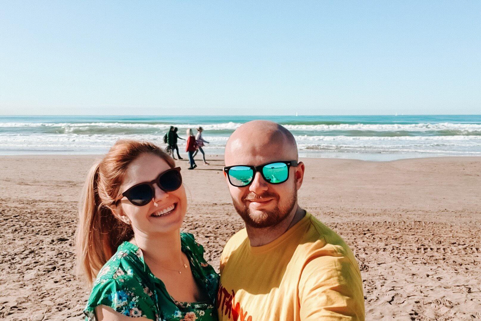 Para na plaży w słoneczny dzień.