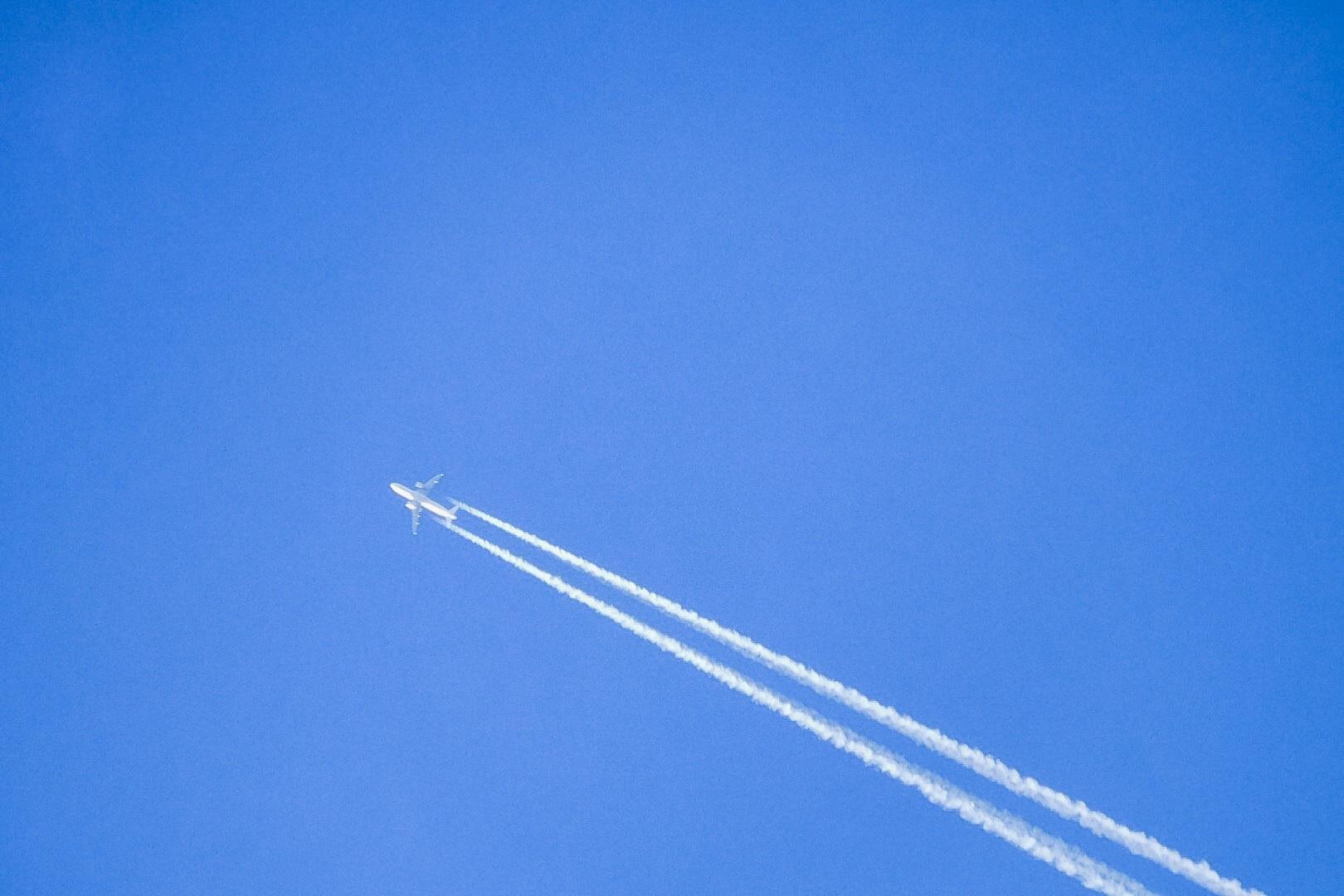 Samolot zostawiający ślady na tle czystego nieba