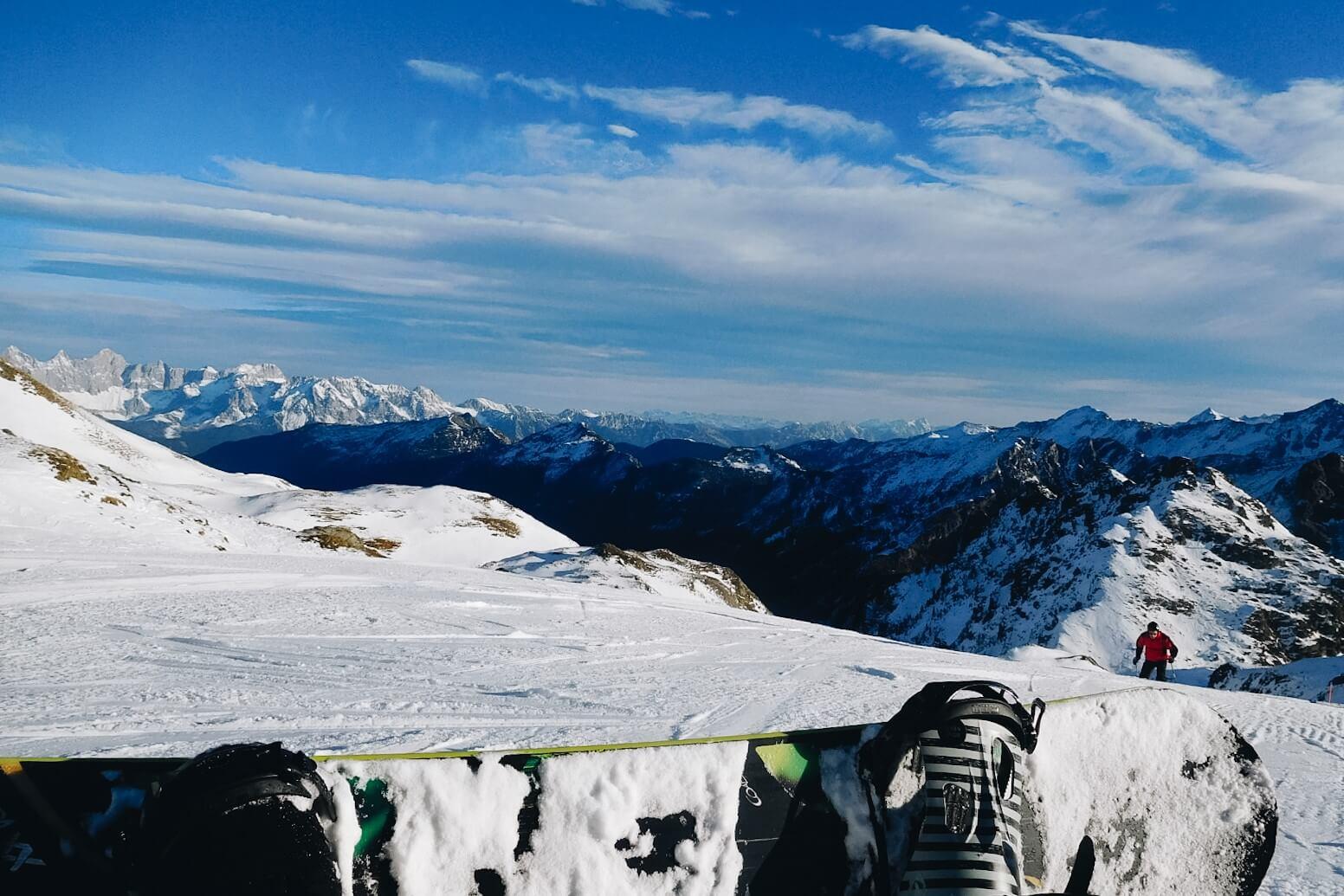 Snowboard na tle gór.