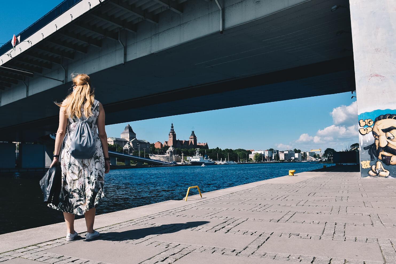 Dziewczyna stojąca na Bulwarach nad Odrą.
