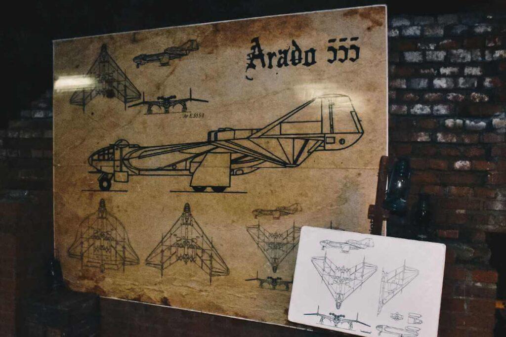 Podziemny tunel z czasów II Wojny Światowej, plany wojskowego samolotu.