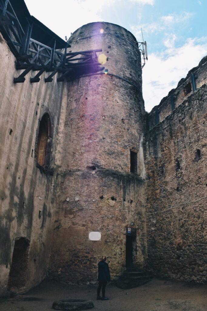 Wieża na zamku Chojnik, Sudety i turystka na dziedzińcu.
