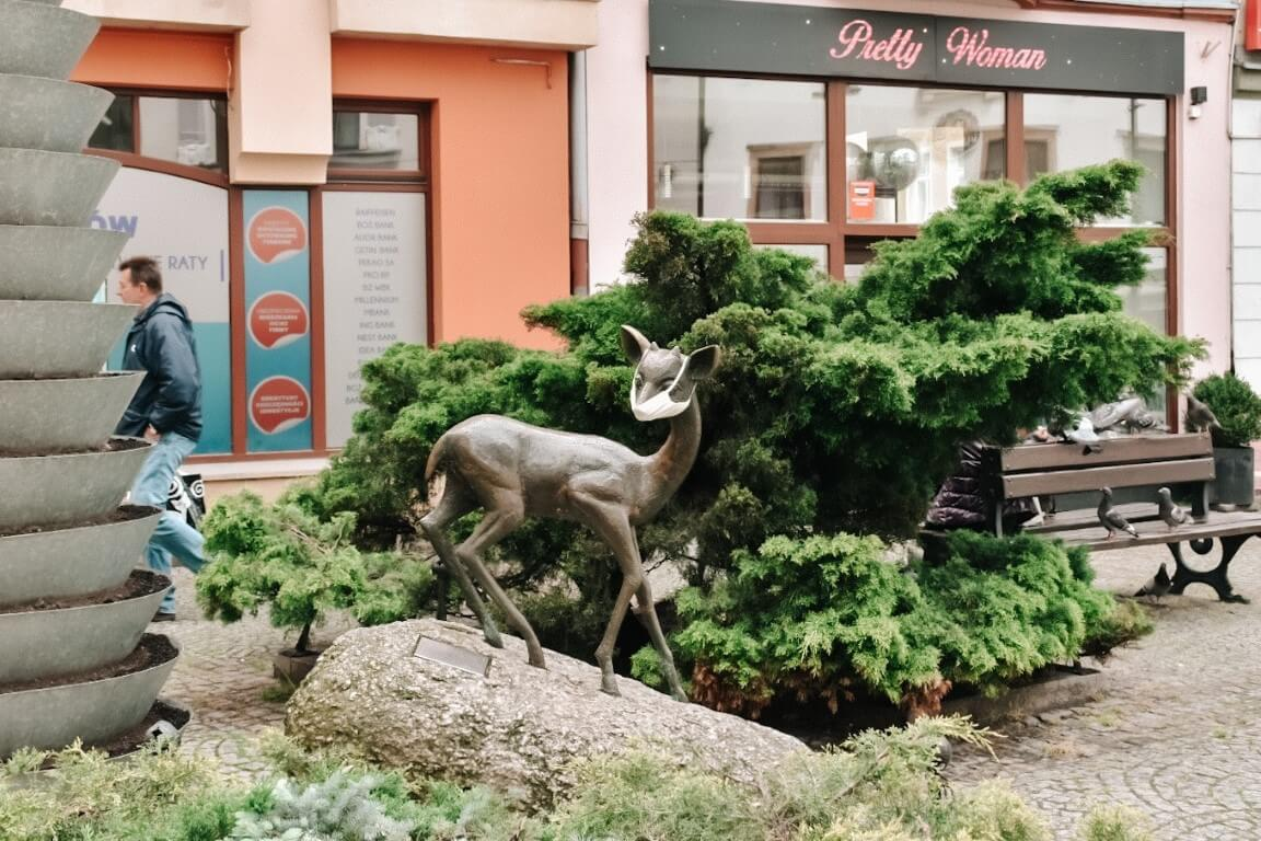 Pomnik jelenia z założoną maseczką podczas pandemii w Jeleniej Górze - Sudety.