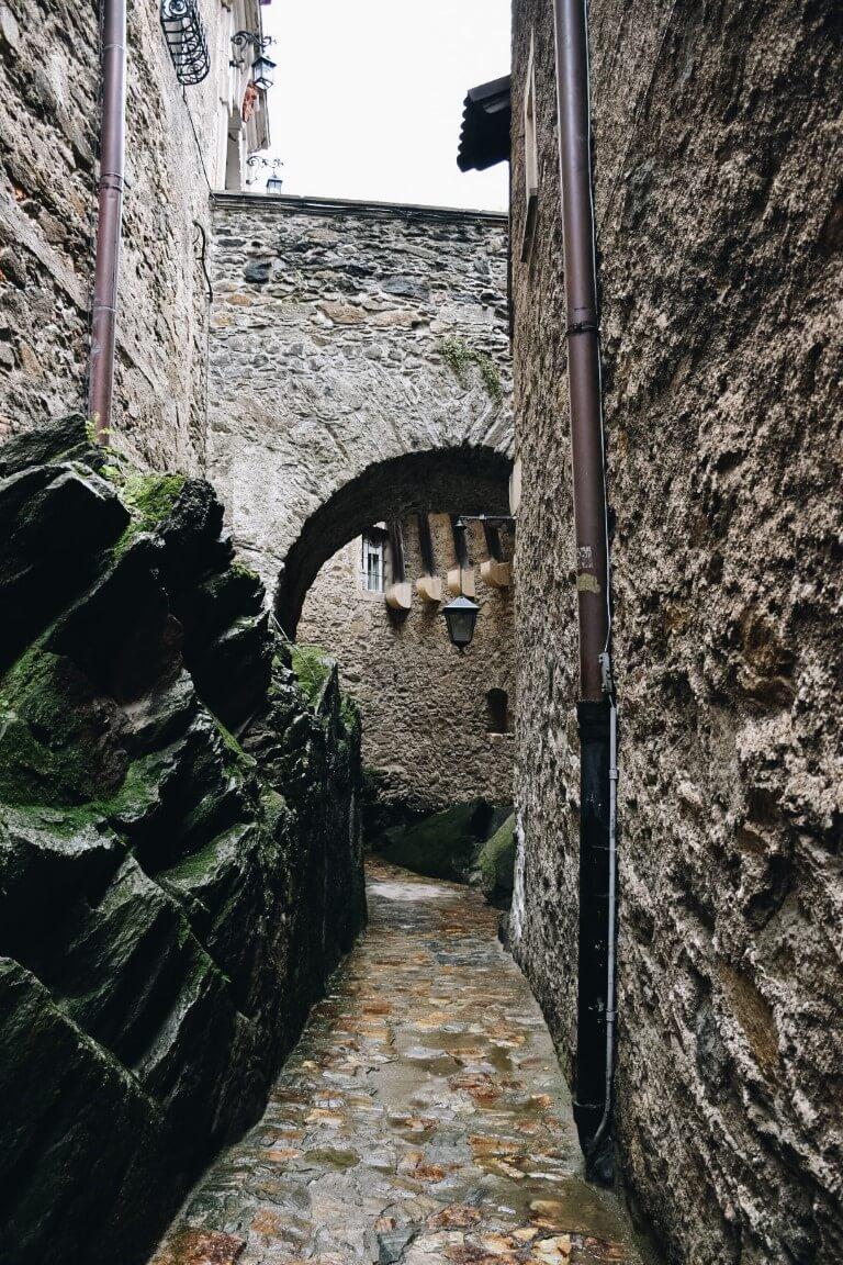 Wąska ścieżka pomiędzy murami zamkowymi.