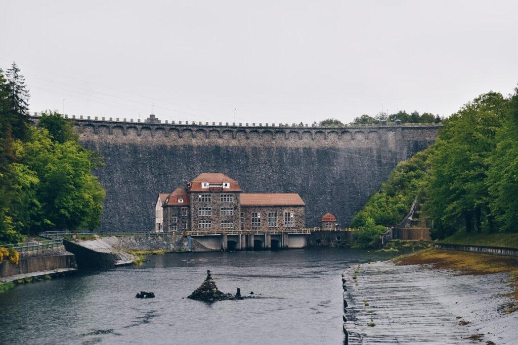 Rzeka i elektrownia wodna na tle zapory.