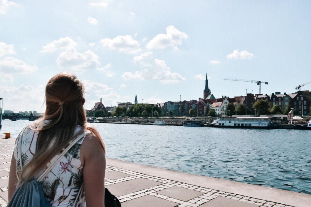 Dziewczyna patrząca na panoramę miasta.