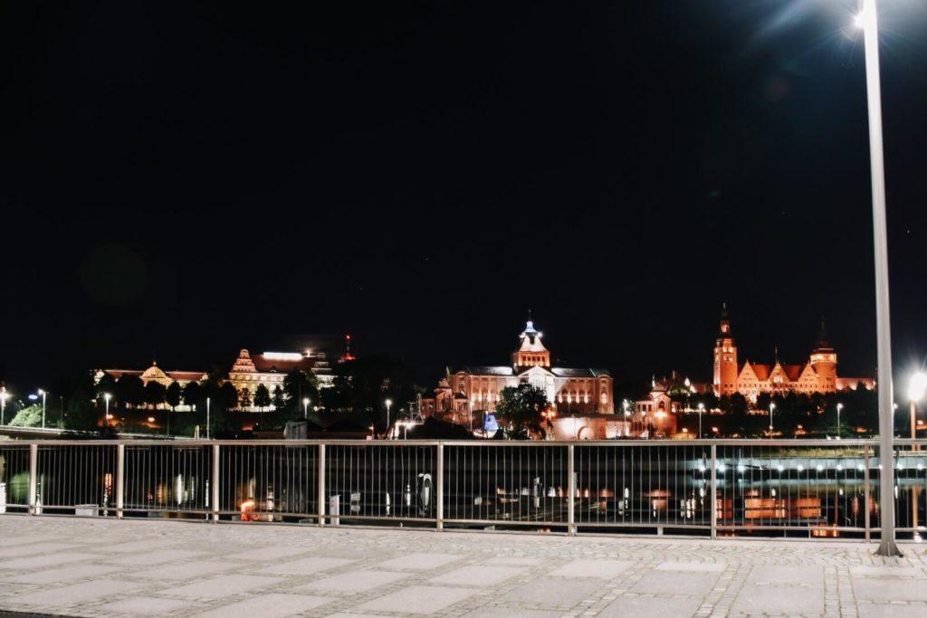 Szczecin widziany noca z bulwarów nad Odrą.