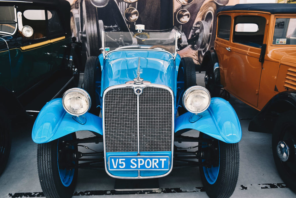 Zabytkowy, niebieski, sportowy samochód Stoewer.