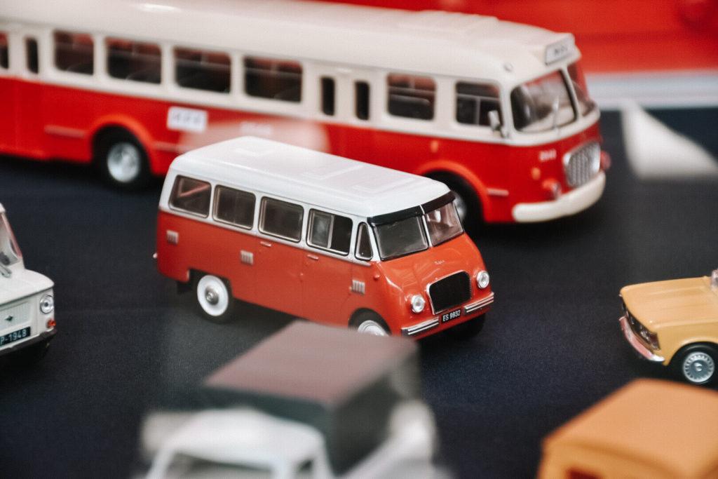 Zabawki klasycznych samochodów w Muzeum Techniki i Komunikacji Zajezdnia.