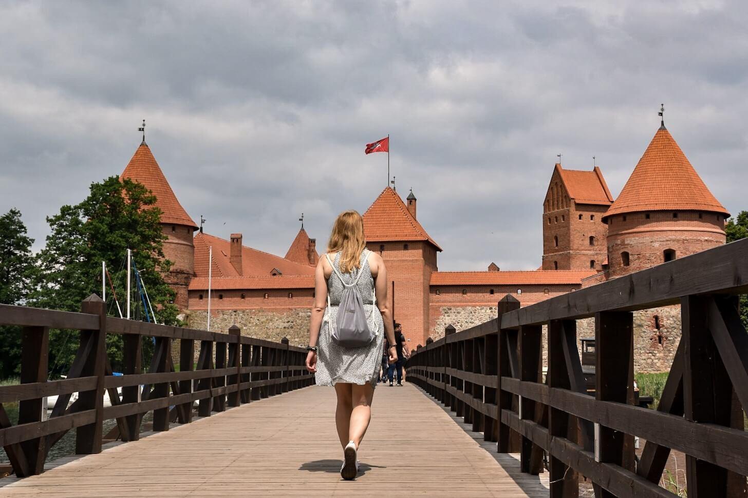 Dziewczyna idąca w kierunku zamku w Trokach.