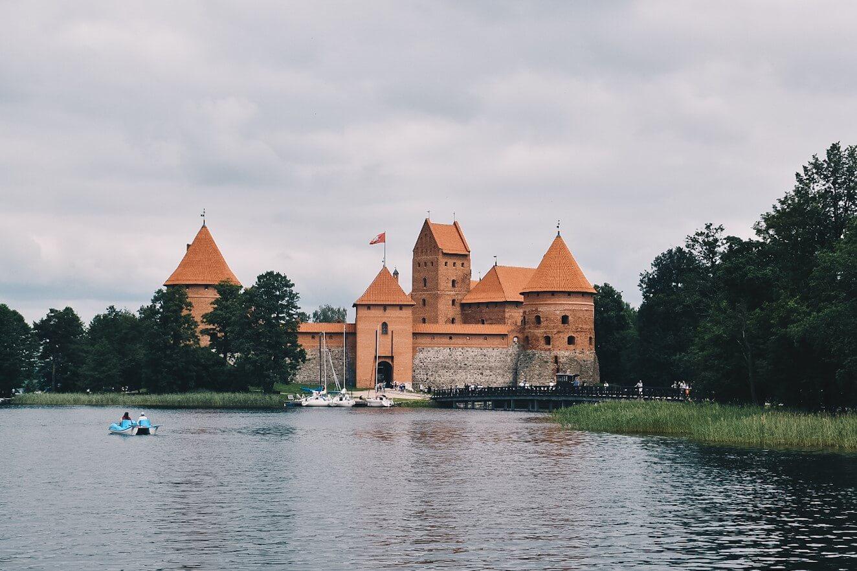 Zamek w Trokach widziany od strony jeziora.
